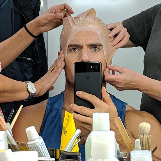 """Maquillando a Henry Cavill instagram en el que anuncia que ha la finalizado del rodaje de """"The Witcher"""""""
