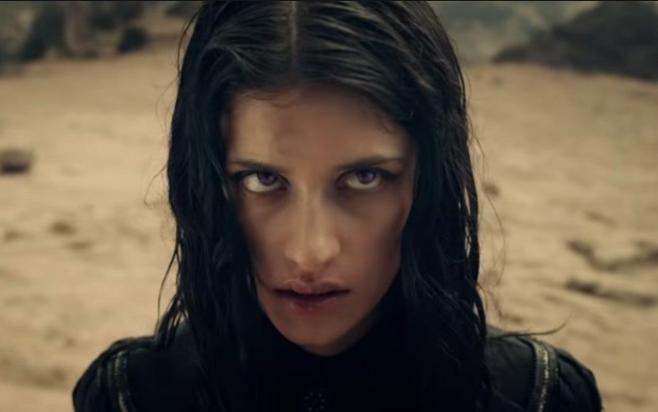 Anya Chalotra será Yennerfer en The Witcher la serie Trailer presentación personajes Witcher